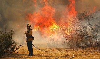 Počet obětí požárů v Kalifornii překročil čtyři desítky