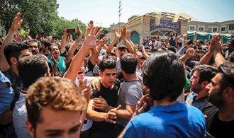 Íránci přiměli obchodníky zavřít stánky. Protestovali proti poklesu kurzu měny
