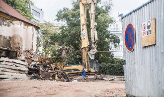 Bagry demoluj� vnitroblok u V�clav�ku. P��stavky ustupuj� projektu za deset miliard