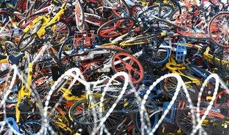 OBRAZEM: Hřbitov kol. Čínské město si nakládání s vyřazenými bicykly nekomplikuje