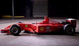 Schumacherovo vítězné Ferrari má nového majitele. Odhadce hodnoty se pořádně sekl