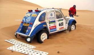 GALERIE: I tyhle podivnosti jezdily Dakar. Šestikolka, kačena, Lada, ale i Rolls-Royce