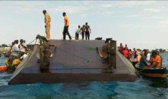 Na Viktoriině jezeře se převrátil trajekt, zahynulo nejméně 44 lidí