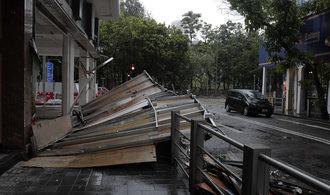 Tajfun Hato zpustošil jih Číny. Byl nejsilnějším za posledních 53 let