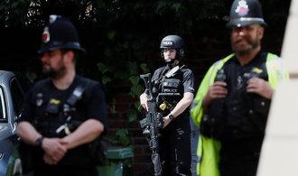 Britové zadrželi už desátého podezřelého, policejní razie pokračuje