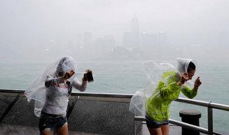 OBRAZEM: Tajfun Haima zas�hl Hongkong, ochromil leteckou dopravu