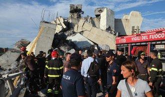 Policie potvrdila nejméně 35 mrtvých při pádu mostu v Janově