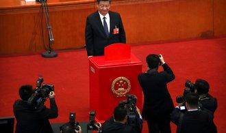 Si Ťin-pchingova neomezená vláda začíná, parlament čínského prezidenta zvolil na dalších pět let