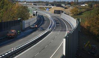 Zlepšení infrastruktury či podpora elektromobility. Co slibují strany v oblasti dopravy