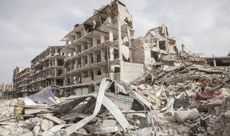 Koalice vedena Spojenými státy bombardovala syrský Majádín, zemřely desítky lidí