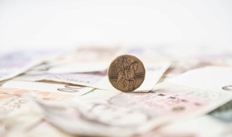 Dolar stojí méně než 23 korun, česká měna byla takto silná naposledy před dvěma lety