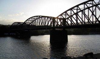 Další dopravní stavba v ohrožení. Železničnímu mostu pod Vyšehradem hrozí demolice