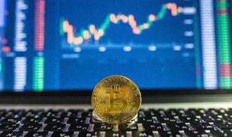 Cena bitcoinu se propadla na roční minimum