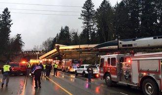 Na západě USA se z mostu zřítil vlak na dálnici. Nehoda si vyžádala několik mrtvých