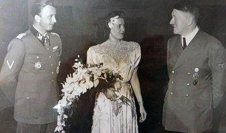 Neznámé fotografie Hitlera, jeho milenky Evy Braunové a dalších nacistů se prodaly v dražbě