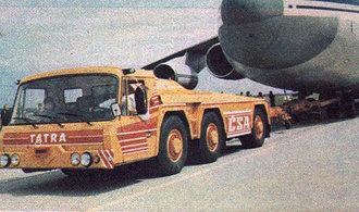 Unikátní tahač letadel. Tatra 815 TPL utáhla i Ruslana plného nákladních vozidel