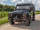Američané drží při životě Land Rover Defender. Dali jí osmiválec z Corvette