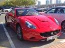 Sraz mafiánů? Ne, školní parkoviště v Dubaji
