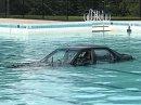 Lekce parkování skončila fiaskem. Auto po ní lovili z bazénu