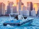 Na prodej je jachta z Miami Vice. Dostanete k ní i seriálovou repliku Ferrari Daytona