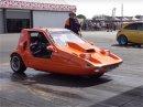 Pamatujete si na tříkolku Bond Bug. Někoho napadlo dát do ní motor z Hayabusa. A s turbem