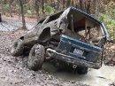 Už jste někdy viděli takhle zkroucené auto? Jeep odnesl hrátky v terénu