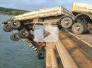 Video: Havarovaný brazilský kamion visí z mostu