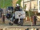 Video: motorkář brnknul kufrem a letěl...