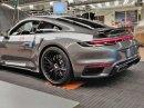 Tohle by mělo být nové Porsche 911 Turbo. Automobilce unikla fotka z továrny