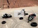 Video: trojice stuntbikerů se baví na motocyklech