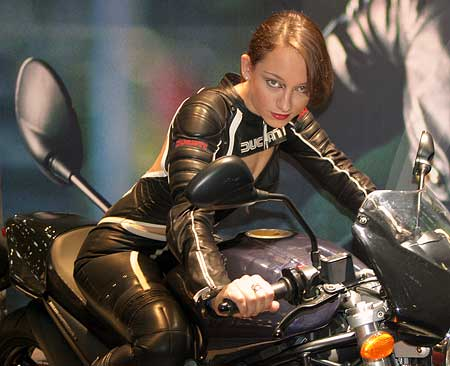 INTERMOT 2004: motorky a sexy holky
