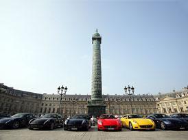 Ferrari zakončilo pařížský autosalon spanilou jízdou městem