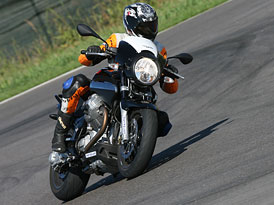 Moto Guzzi 1200 Sport: spoře oděná slečna (představení)