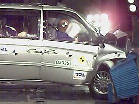 Euro NCAP: Chrysler Voyager m� teoreticky t�i a� �ty�i, prakticky jen jednu hv�zdu