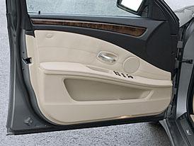 Inovované BMW 5: technické novinky také v interiéru