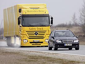 Mercedes-Benz: k polovině nehod kamionů nemusí díky elektronickým systémům dojít