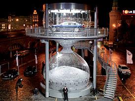 Největší přesýpací hodiny na světě jsou v Moskvě. Postavilo je BMW kvůli premiéře řady 7