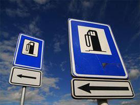 Ceny paliv v ČR klesají rychleji, benzin stojí 31,86 Kč, nafta 33,95 Kč