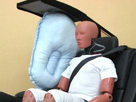 Toyota vyvinula středový airbag pro zadní sedadla