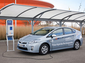 Toyota Prius v roli mobilního generátoru: Energie pro notebooky, lampy i ledničky