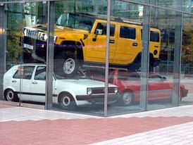 Kuriozita: Hummer ničí na mnichovském letišti zaparkovaná auta