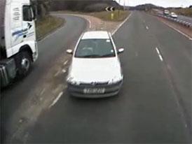 Když auto vjede pod kola kamionu (on-board video)