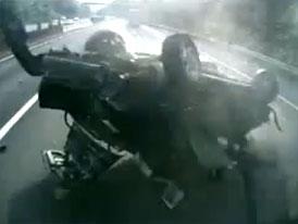 Video: T�k� nehoda v p��m�m p�enosu, na za��tku byl defekt