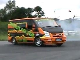 Video: Ford Transit Drift Bus s vidlicovým osmiválcem