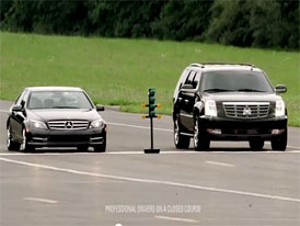 Srovn�vac� reklama v praxi: Cadillac Escalade vs. Mercedes-Benz C 300 ve sprintu