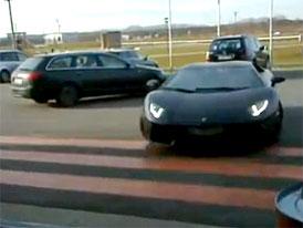 Lamborghini Aventador: Pozor, Audi, jedu (video)