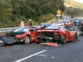 Japonský super-crash nepřežilo 8 Ferrari a 1 Lamborghini (video)