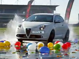 Rekordní Alfa Romeo MiTo QV v roli ničitelky balónků (video)