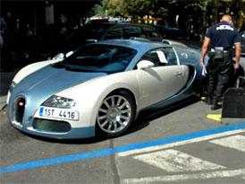 Jak obout botičku Bugatti Veyron? (instruktážní video Městské policie Praha)