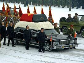 KLDR: Státní pohřeb je přehlídkou klasických limuzín (video)